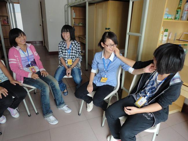 """11月18日,学校中华经典诵读大赛在职教广场如期举行。这是我校2015年""""技能、体育、艺术""""周艺术类竞赛活动的第一项比赛项目,是全校学生都参与的一项比赛,中华经典诵读大赛拉开了技能、体育、艺术周各项竞赛活动的序幕。 上午8时30分,全校6000多名在校学生在老师们的组织下有序集中到学校职教广场。学校副校长柏家渭、党委副书记张延强及相关处室负责人、各教学系主任全程观看比赛并担任大赛评委。 学校副校长柏家渭作赛前讲话。柏副校长说,学校把立德树人作为教育的根本任务,为培养德智体美全面发展"""